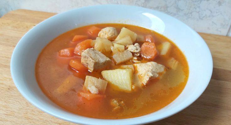 csirkegulyás leves csirkemellből, hamis gulyásleves