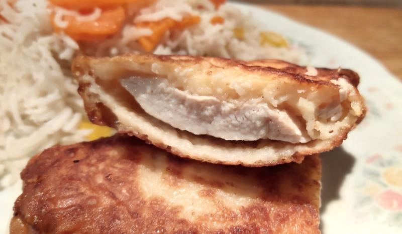 csirkemell sajtos bundában félbevágva