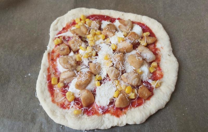 kukoricás csirkés pizza sütés előtt