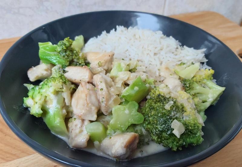 tejszínes brokkolis csirkemell rizzsel